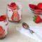Bicchieri di mousse allo yogurt greco con crumble e fragole al limoncello
