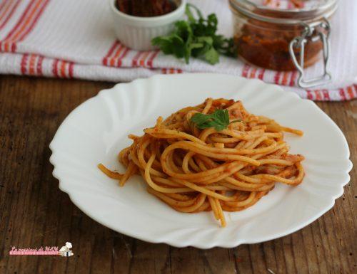 Spaghetti con pesto di pomodori secchi