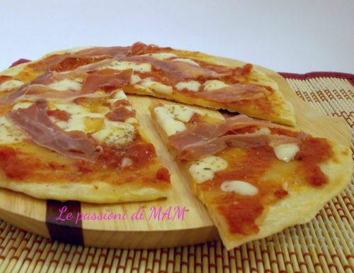 Pizza di piadina con prosciutto crudo e scamorza