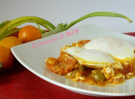 Uova con i pomodori gialli d'inverno