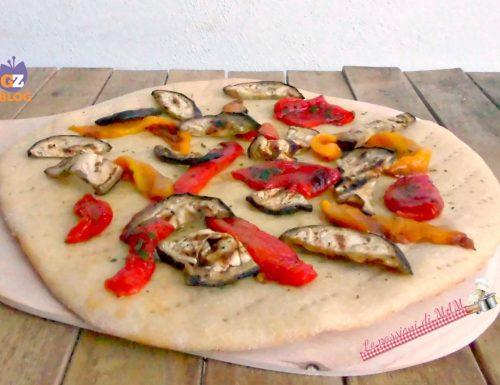 Pizza con peperoni e melanzane