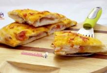Schiacciata di pizza con prosciutto crudo e sottiletta