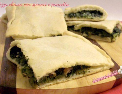 Pizza chiusa con spinaci e pancetta