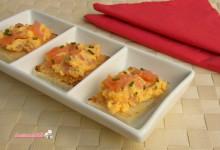 Tartine con salmone e uovo sodo