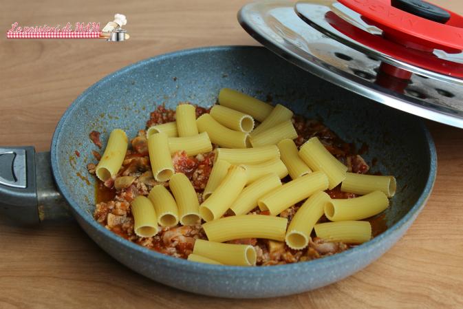 Pasta con ragù funghi e pancetta con magic Cooker