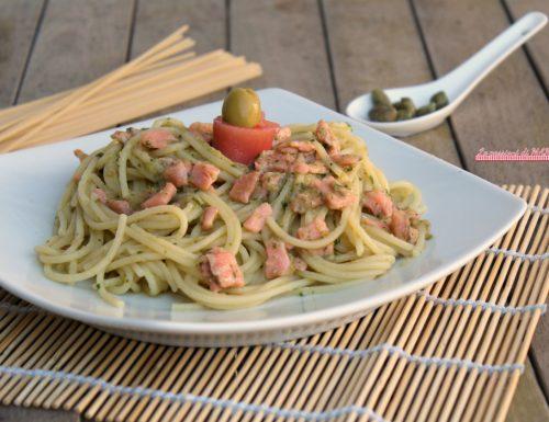 Pasta salmone e pesto di olive e capperi