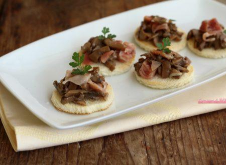 Crostini con prosciutto e funghi