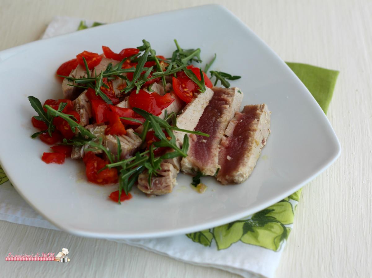 Tagliata di tonno con pomodori e rucola