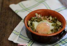 Uovo con i piselli verdi e prosciutto cotto