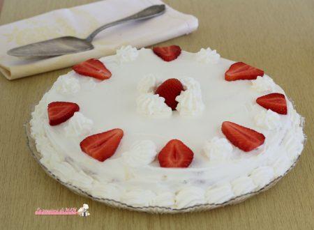 Torta fredda alle fragole con pavesini e crema chantilly