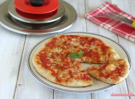 Pizza con Magic Cooker cotta sul fornello