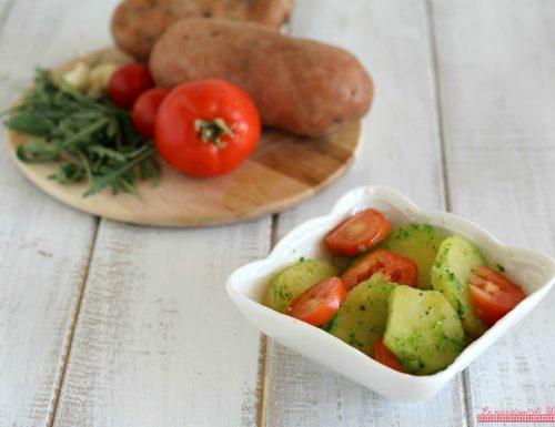 Insalata di patate e pesto di rucola con pomodori