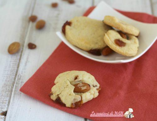 Biscotti con mandorle e gocce di frutta