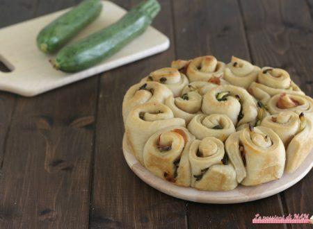 Torta di rose salata con prosciutto e zucchine