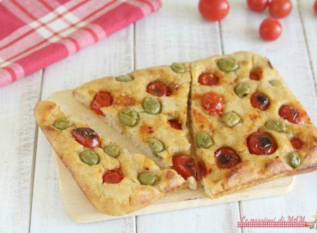 Focaccia con pomodori e olive