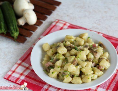 Gnocchi di semola con zucchine funghi e pancetta