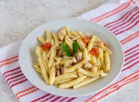 Pasta con pollo e pomodori