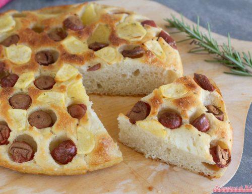 Focaccia con wurstel e patate