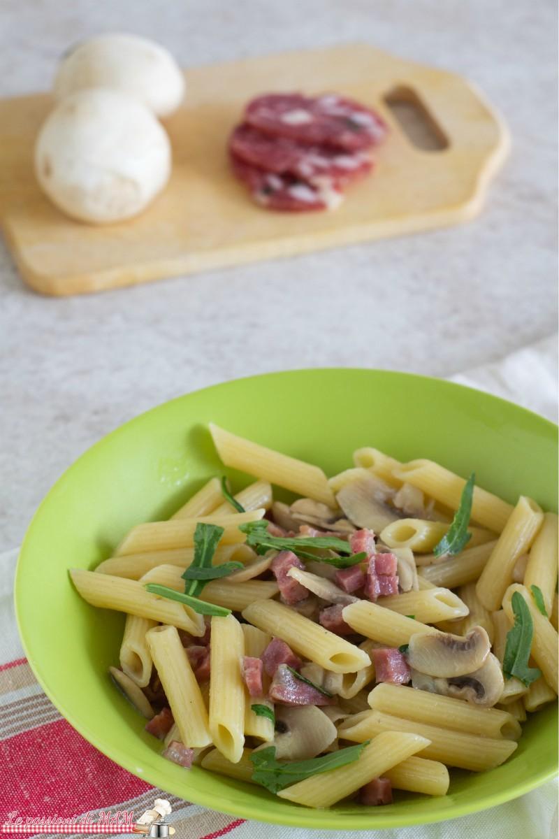 Pasta con Salame Funghi e Rucola