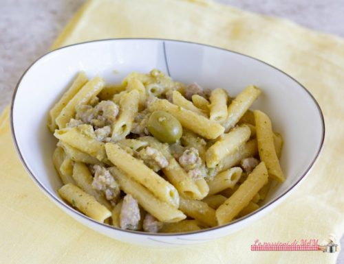 Pasta con salsiccia e pesto di olive