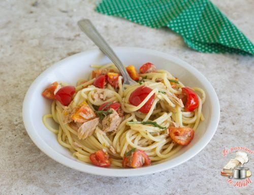 Spaghetti con pomodori tonno e rucola