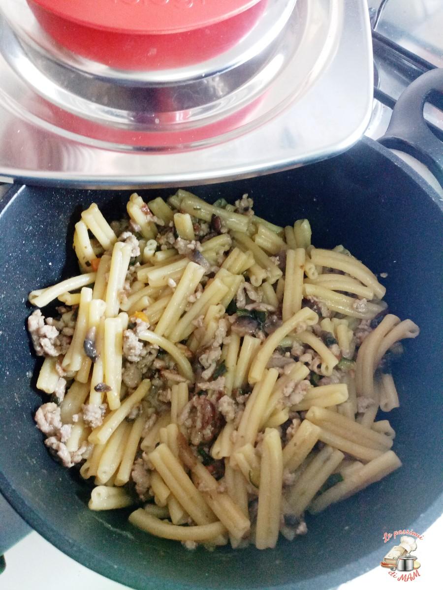 Pasta con ragù bianco, zucchina e funghi