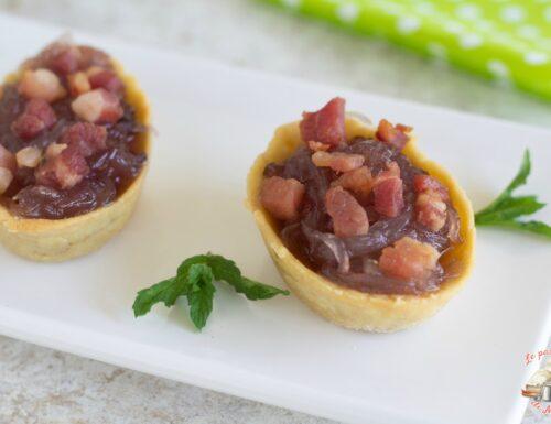 Barchette di briseé con cipolle caramellate e pancetta croccante