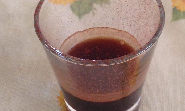 CAFFE' FREDDO SHAKERATO CON SCIROPPO ALLE MANDORLE E POLVERE DI CACAO AMARO