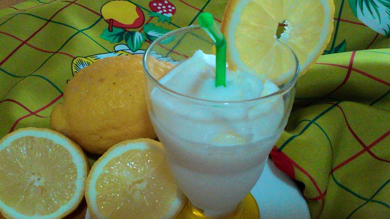 Sorbetto cremoso al limone con gelatiera
