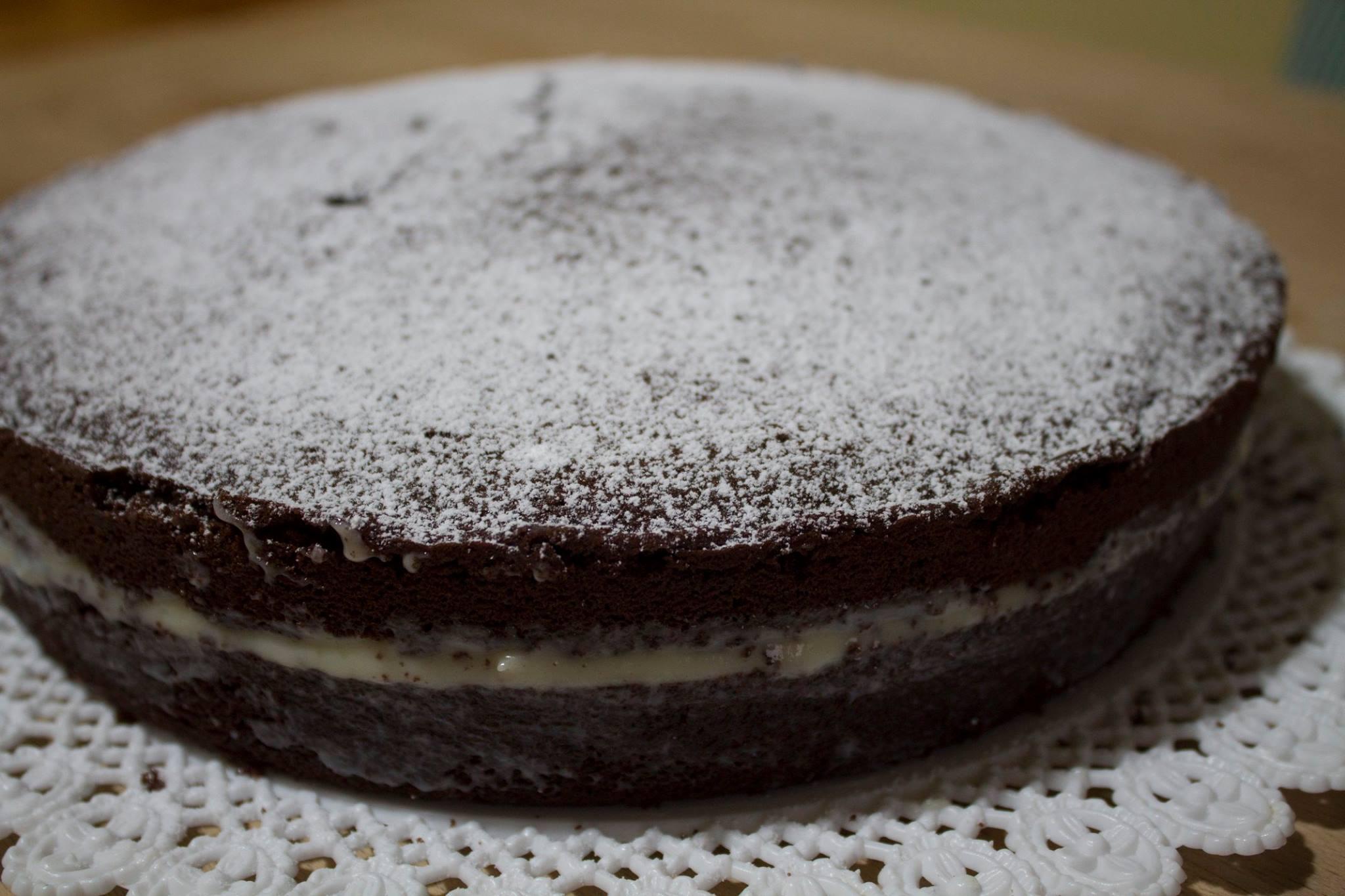 Torta al cioccolato farcita con crema al mascarpone