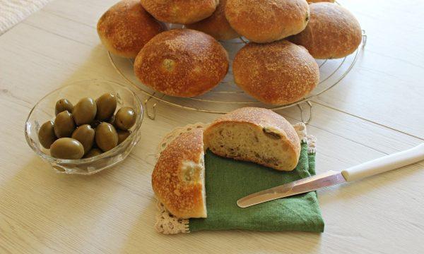 Panini  alle olive verdi con lievito madre
