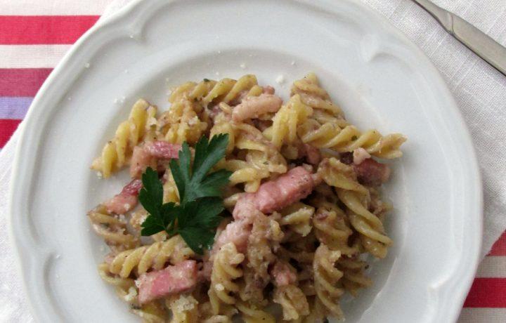 Pasta con radicchio e pancetta cremosa