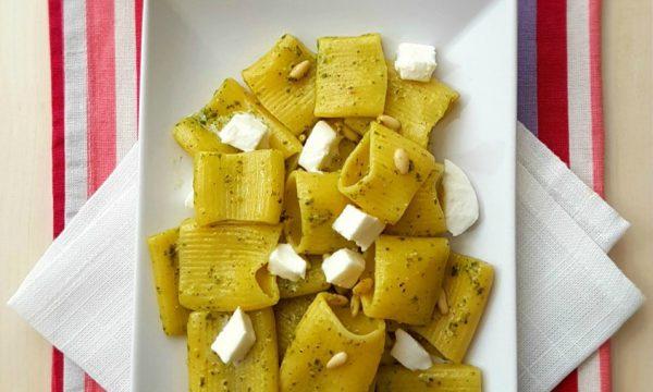 Mezze maniche con pesto di basilico, pinoli e mozzarella