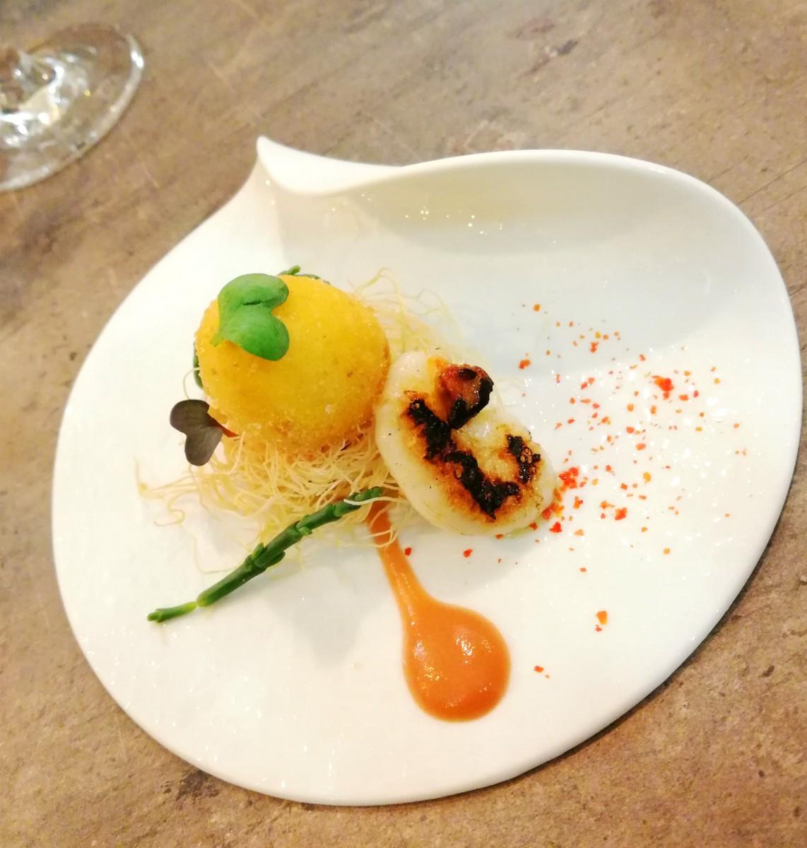 Uova di quaglia con gonadi di seppia, salsa al rabarbaro e pasta kataifi