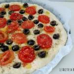 Focaccia con pomodirini e olive