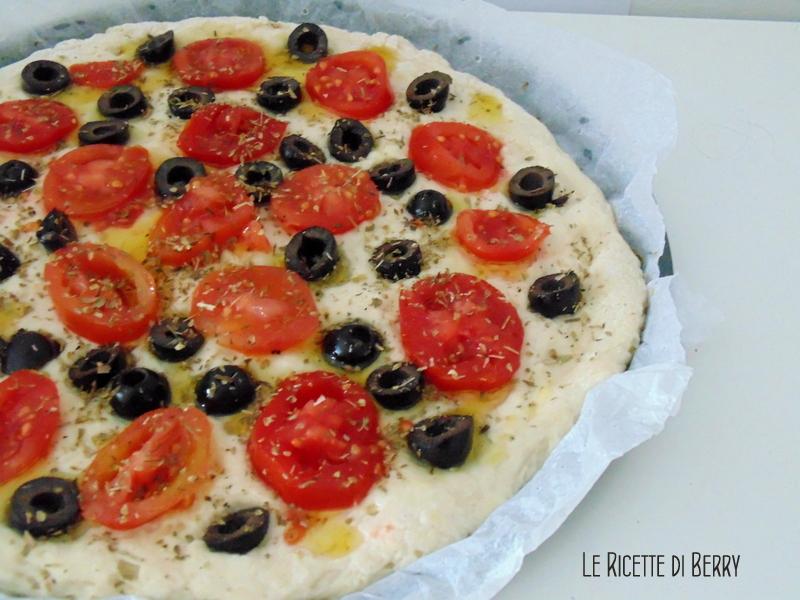 Focaccia con pomodorini e olive (2)