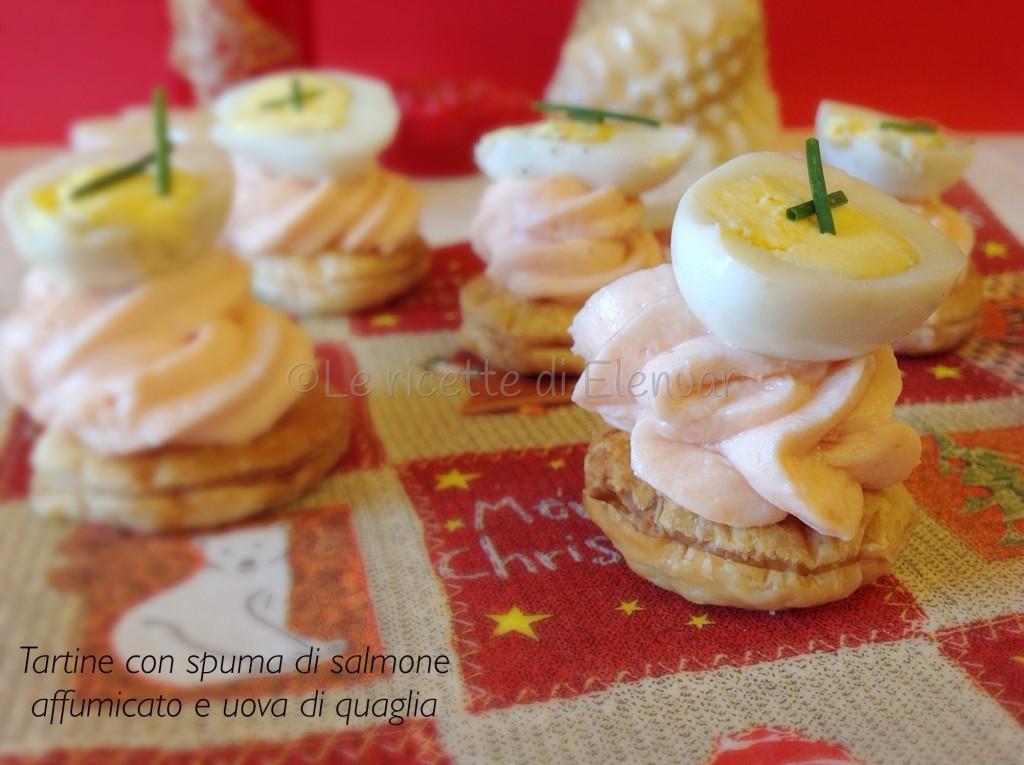 Tartine con spuma di salmone affumicato e uova di quaglia