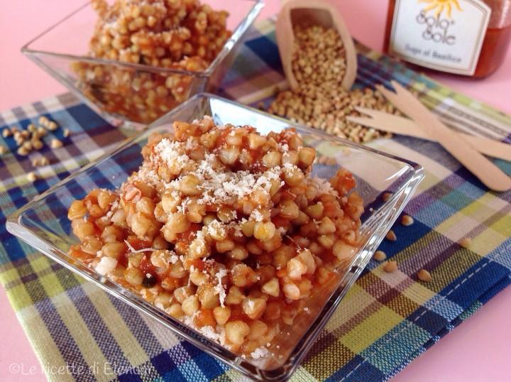 Chicchi di grano saraceno con sugo al basilico