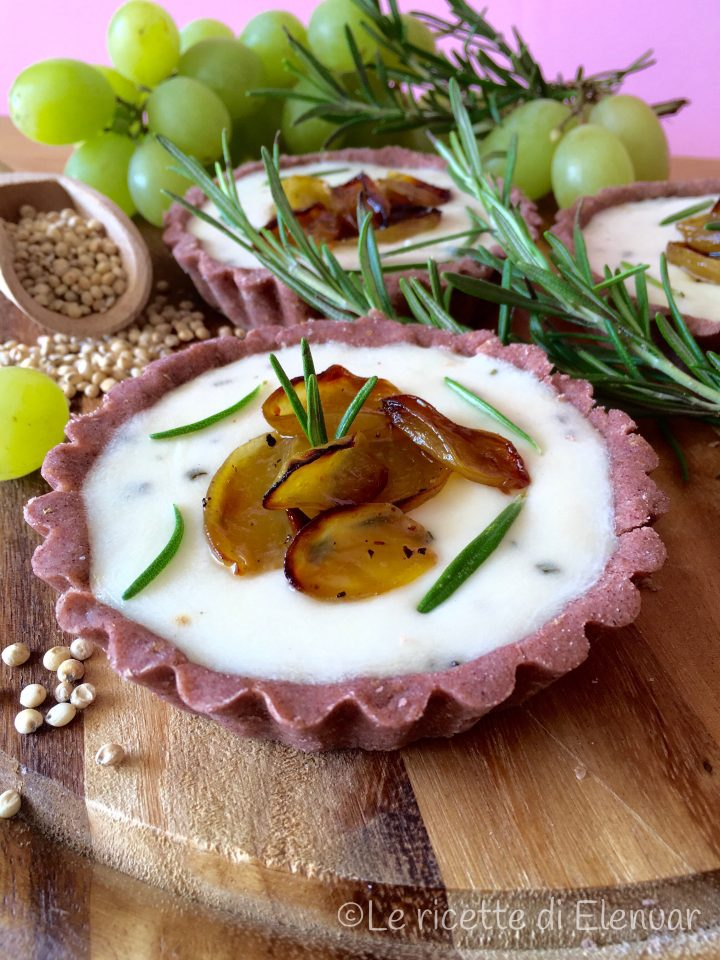 Tartelette di sorgo con stracchino di capra e uva bianca confit