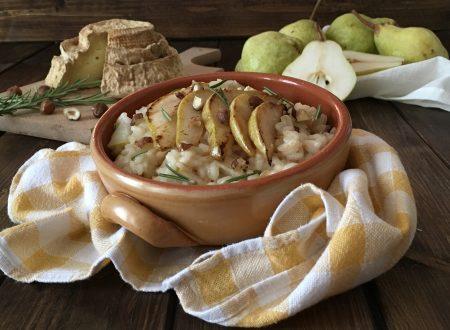 Risotto mantecato al Montébore con pere spadellate al rosmarino e granella di nocciole