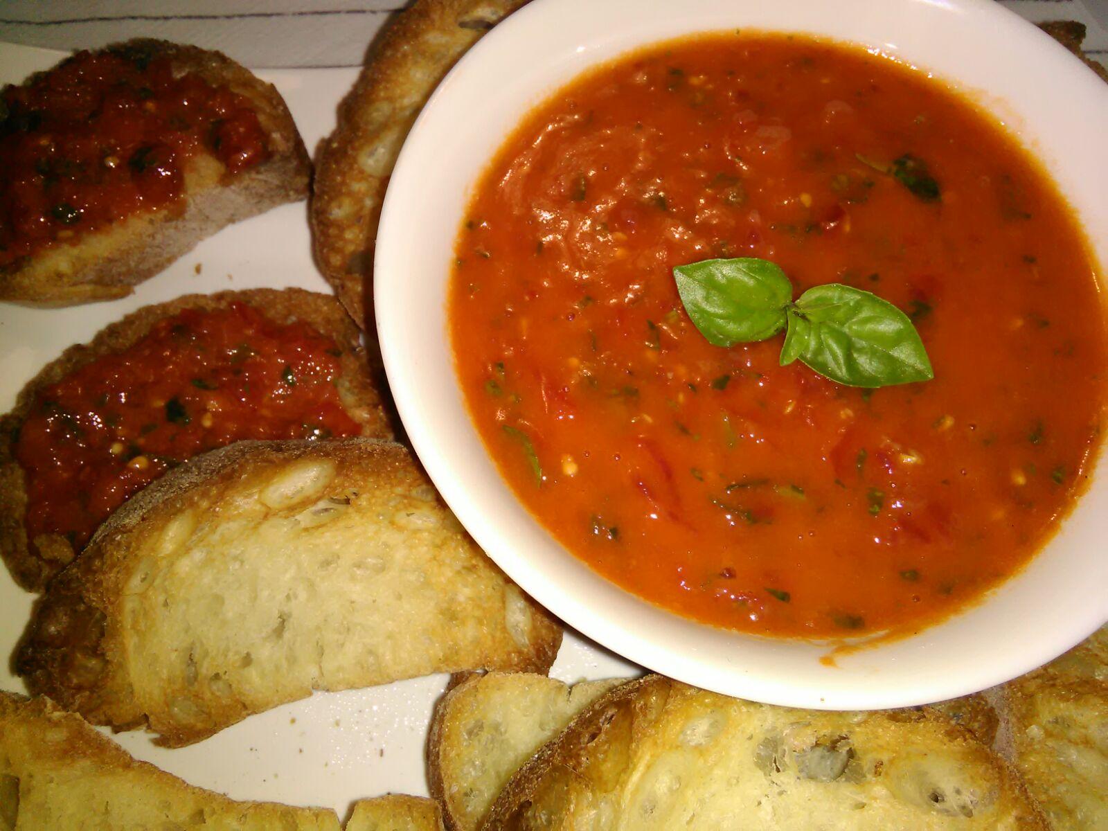 Salsa cruda di pomodoro e basilico per bruschette