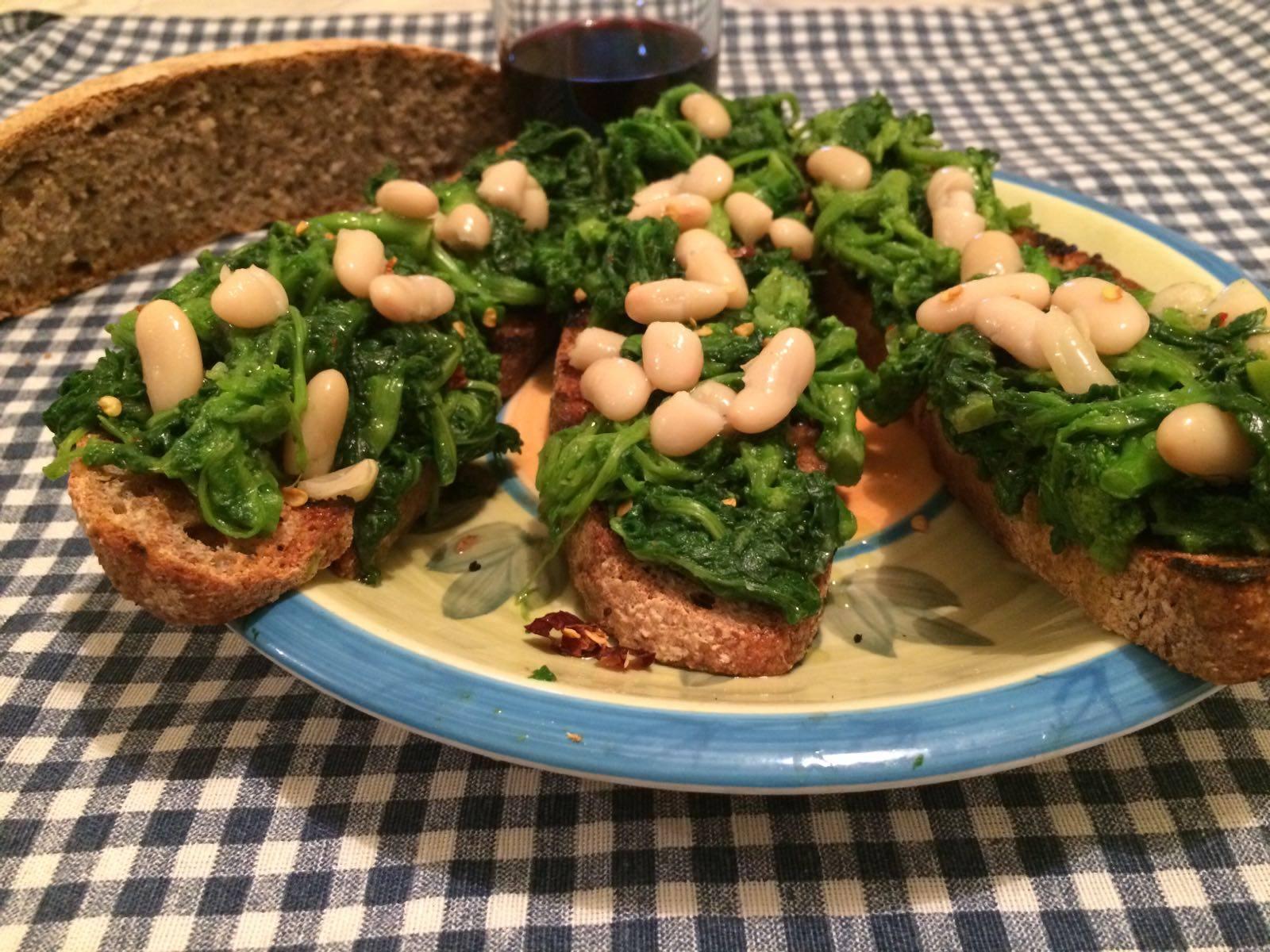 Crostone di pane integrale con broccoli e fagioli