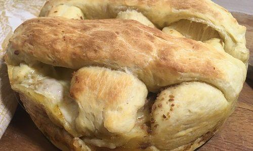 Crostata di pasta brioche lievitata con salsiccia e formaggi
