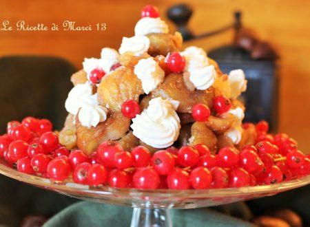 Piramide di castagne caramellate e gocce di cioccolato