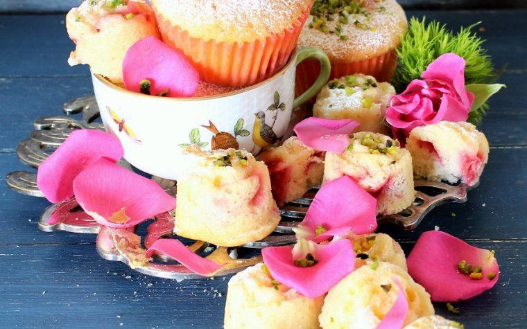 Tortine soffici ai petali di rosa e lamponi