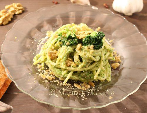 Spaghetti alla crema di broccoli, robiola e noci. Ricetta facile