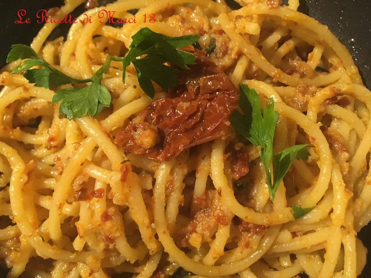 Spaghetti peperoncino pomodori secchi e tarallo sbriciolato
