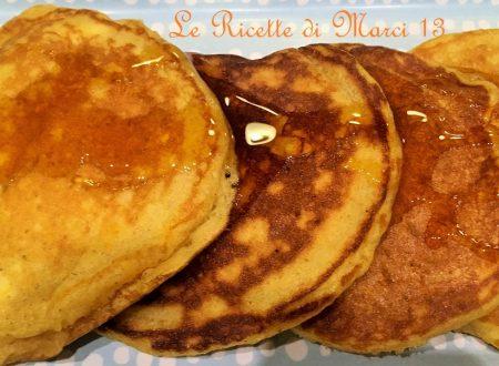 Pumpkin pancakes (pancake alla zucca) con sciroppo d'acero