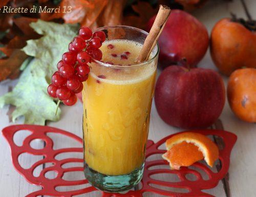 Christmas smoothie speziato, con mele, clementine e cachi.