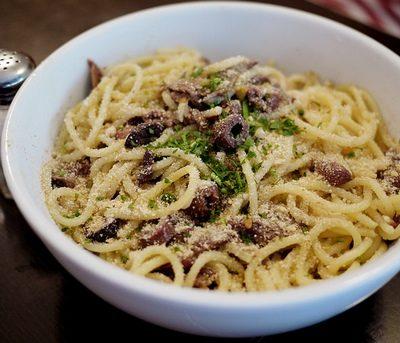 Spaghetti con pangrattato e olive